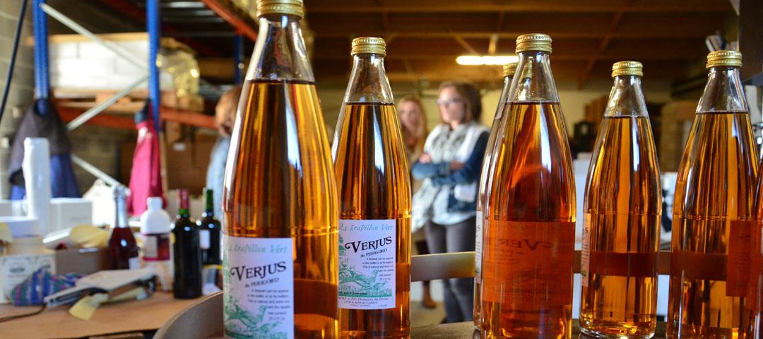 Etiquetage des bouteilles de Verjus au Domaine du Siorac